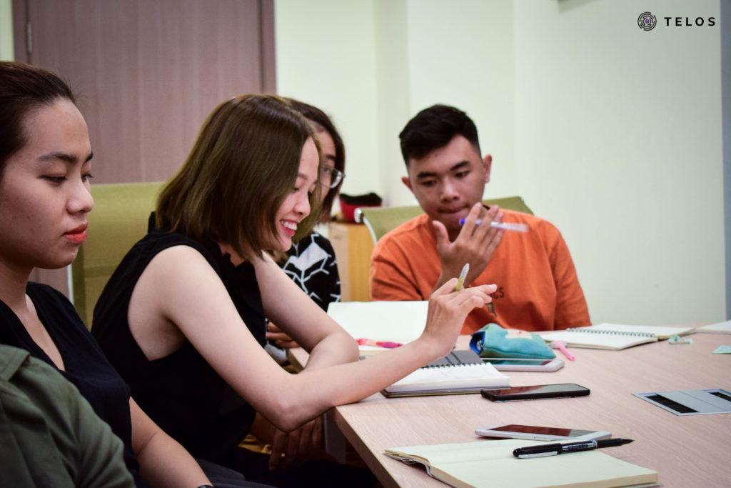 các học viên đang nghiên cứu đề bài