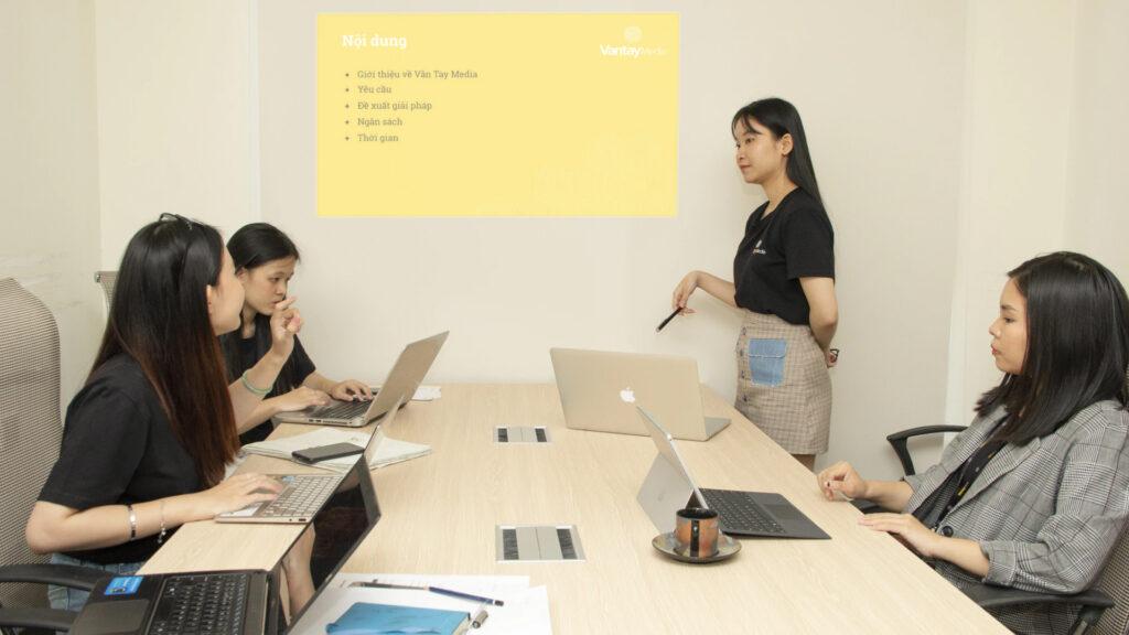 Một buổi trình bày về sản phẩm cho khách hàng